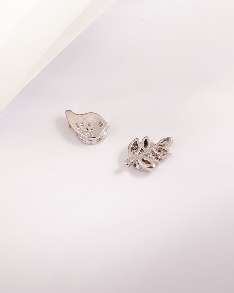 小雞與嫩葉不對稱 耳針/無耳洞黏貼式耳環 場景展示