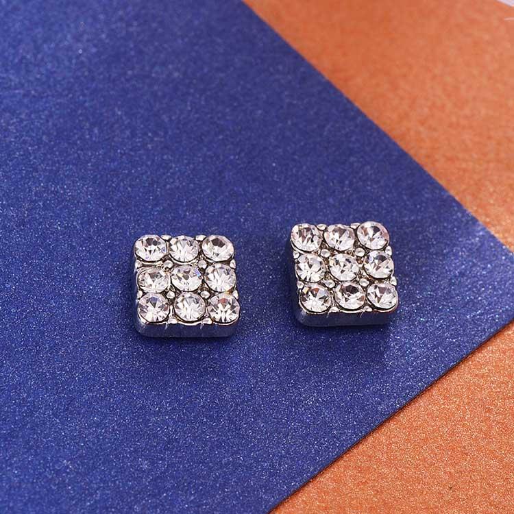 亮眼滿鑽方形黏式耳環,桌上展示。