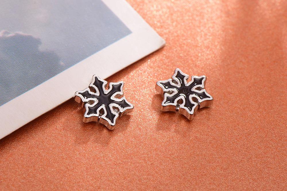 帥氣性格黑色雪花黏式耳環,桌上展示。