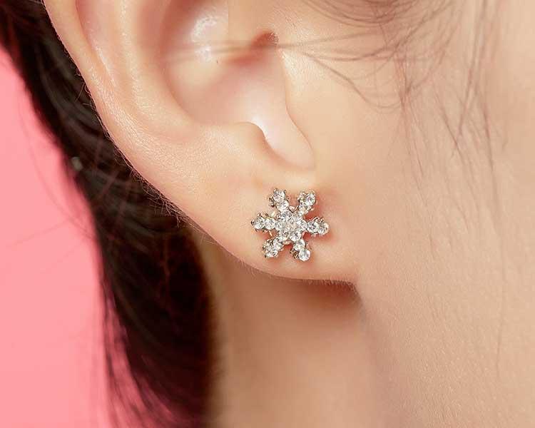 模特兒配戴展示:可愛亮麗的雪花造型,耀眼動人的水鑽點綴於耳側,展現清新氣質的氣息,免穿耳洞的黏貼式設計,免除配戴耳夾/耳針的不適感。