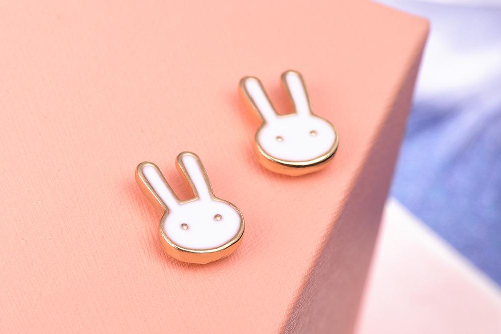 童趣卡通兔兔黏式耳環,桌上展示。