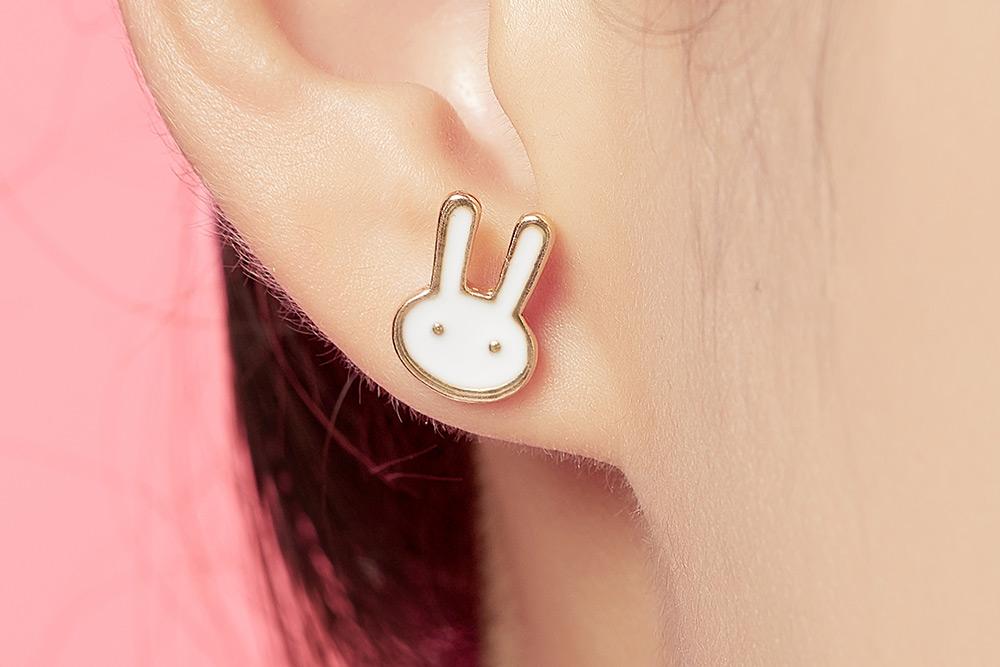 模特兒配戴展示:小巧童趣,將動物及卡通的元素融入於耳環,迷人可愛點亮你的耳側,無耳洞黏貼式設計,免除長時間配戴耳夾/夾式耳環的不舒適感。