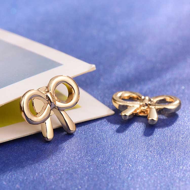 童趣卡通蝴蝶結黏式耳環,桌上展示。