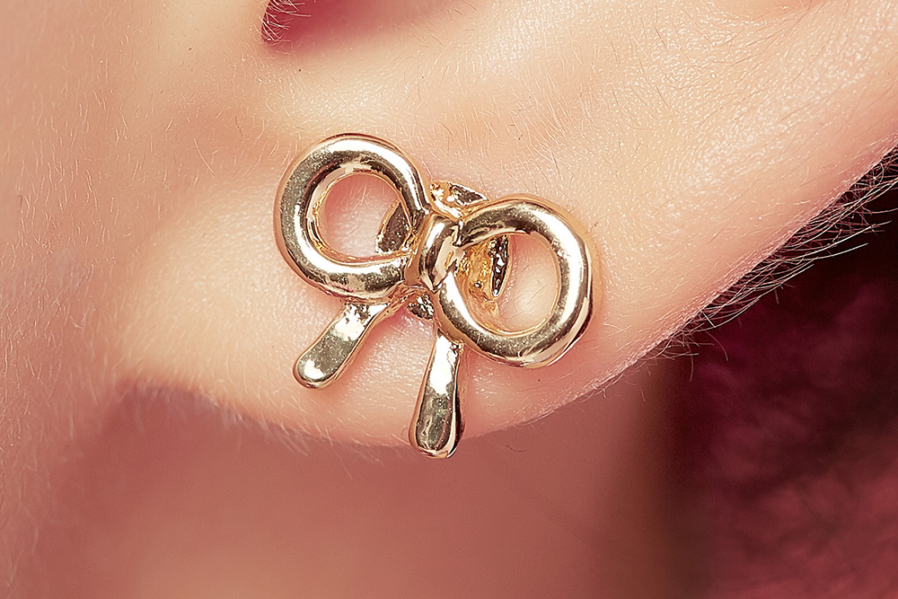 模特兒配戴展示:別緻時尚的蝴蝶結設計,質感金色合金打造,耀眼迷人,創新無耳洞黏貼式設計,免除長時間配戴耳夾/夾式耳環的不舒適感,讓您美的無負擔。