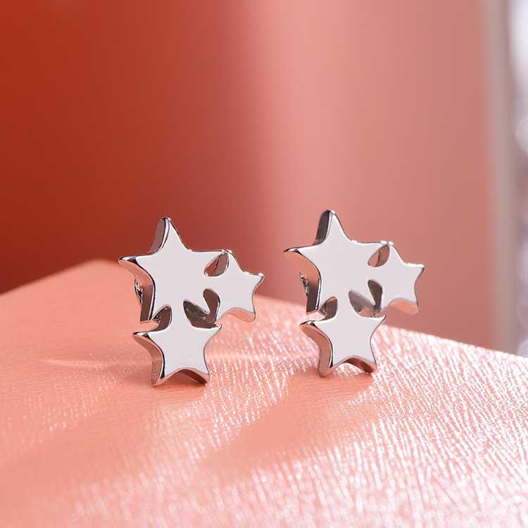 獨特率性三星 耳針/黏式耳環,桌上展示。