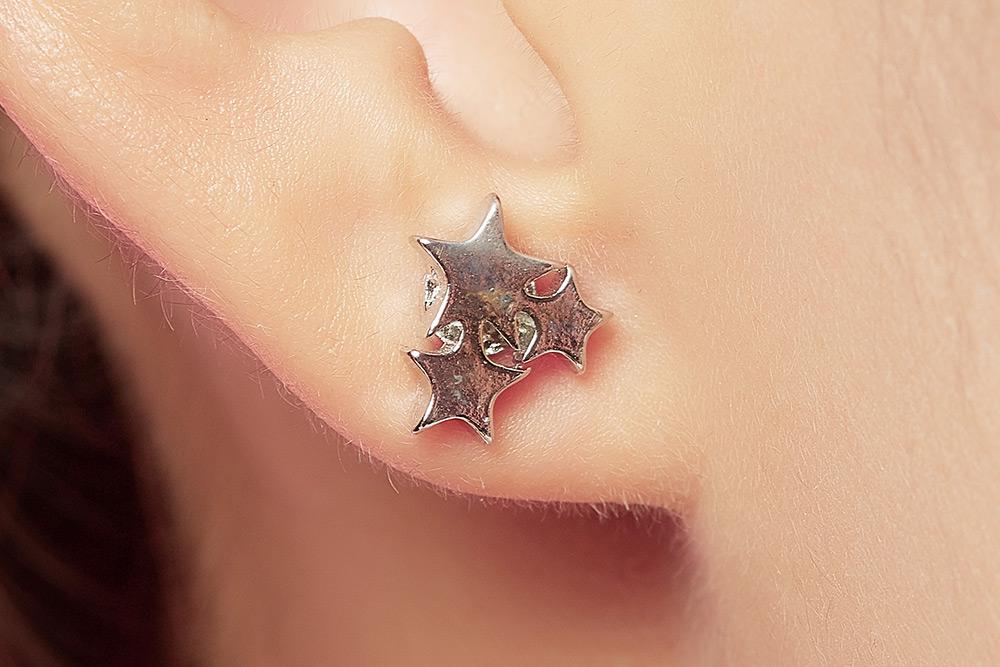 模特兒配戴展示:獨特率性五角三星設計,高質感合金打造,不分男女都適合配戴,創新黏貼式耳環設計,讓沒有穿耳洞的男性女性都能輕鬆無負擔的配戴。
