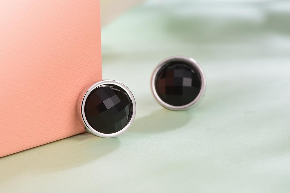 極簡吸睛黑色亮鑽 耳針/黏式耳環,桌上展示。