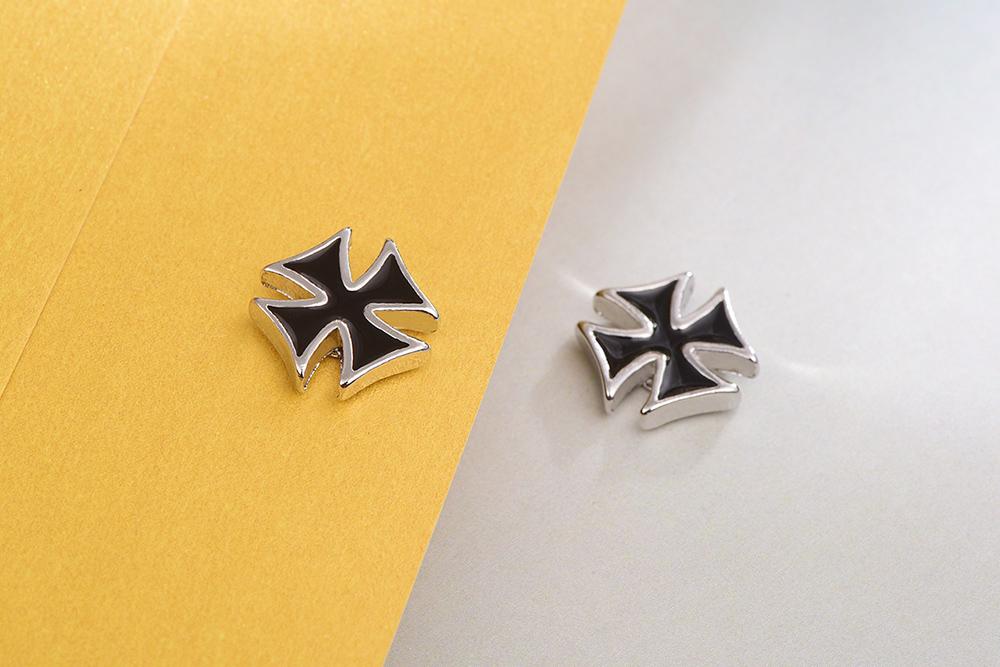 個性時尚黑十字黏式耳環,桌上展示。