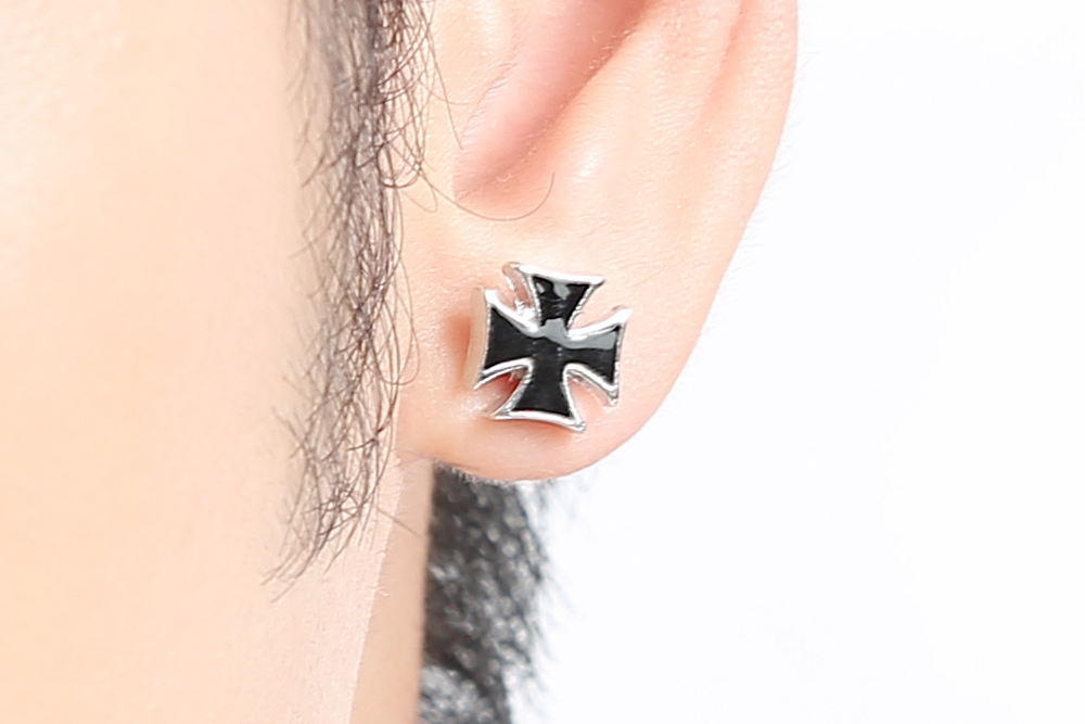 模特兒配戴展示:個性十字的設計,質感白金打造,展現出男性的時尚魅力,創新的貼式耳環設計讓您貼著就走,可以免除長時間配戴耳夾/夾式耳環的不舒適感。