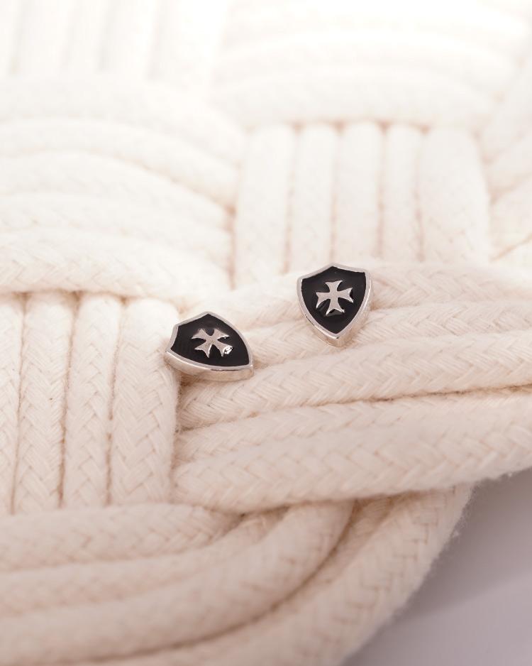 精巧時尚盾牌 耳針/無耳洞黏貼式耳環 場景展示
