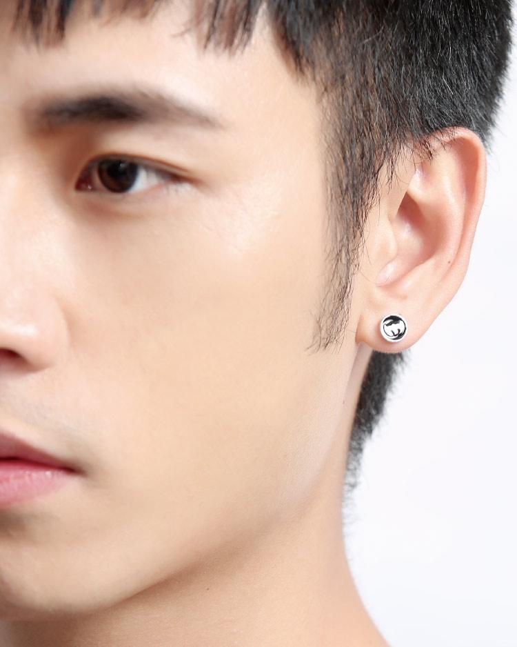 個性蝙蝠俠標誌 耳針/無耳洞黏貼式耳環 模特兒展示