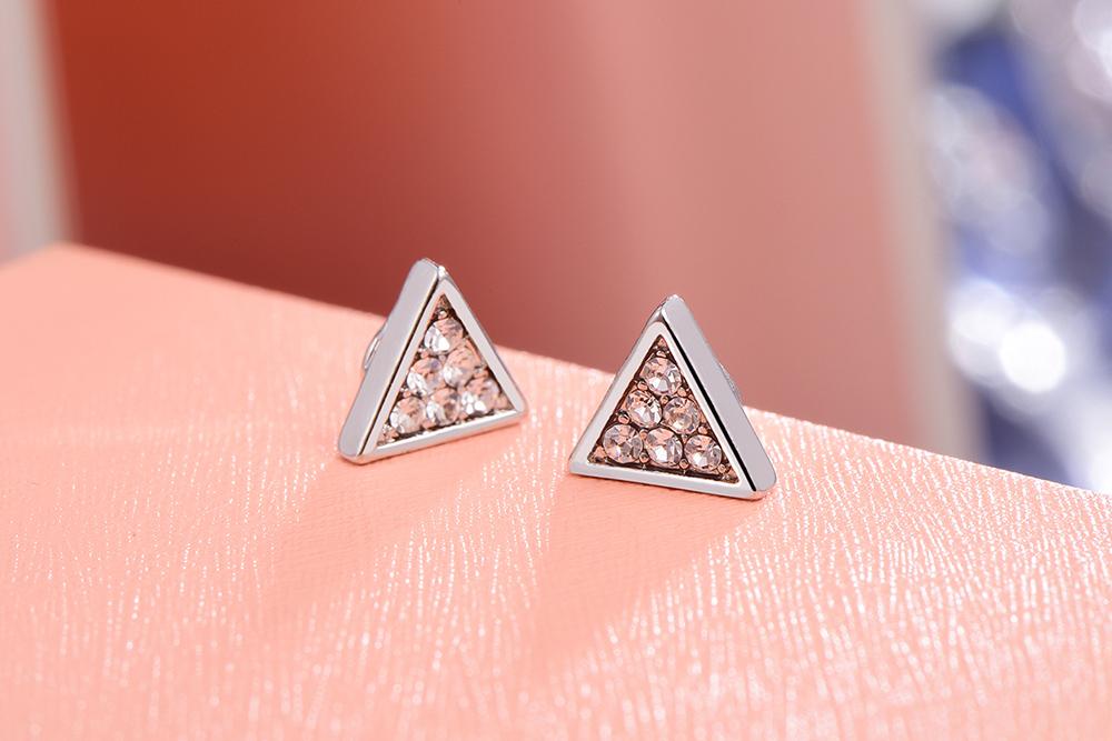 精緻立體三角 耳針/黏式耳環,桌上展示。