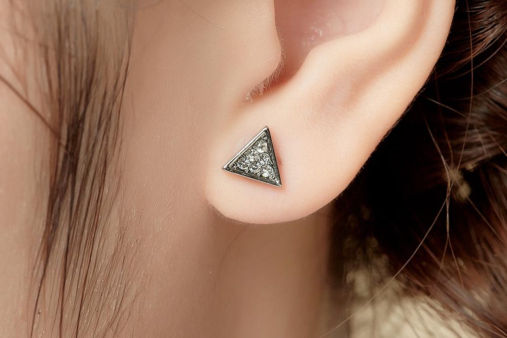 模特兒配戴展示:精緻立體有型的幾何三角形,耀眼水鑽閃亮動人,創新無耳洞黏貼式耳環設計,採用醫療級用膠,減少皮膚的負擔,也免除長時間配戴耳夾/夾式耳環的不舒適感。