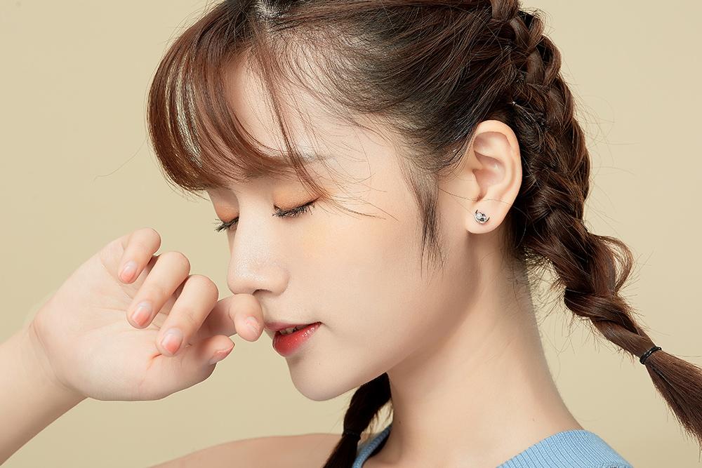 模特兒配戴展示:銀白色月亮搭上圓潤光滑的潔白珍珠點綴,現出您的優雅氣質,創新黏貼式耳環設計,免除穿/夾耳洞所造成的不適感,讓您美麗無負擔。
