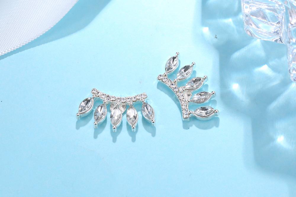 時尚眼睫毛造型黏式耳環,桌上展示。