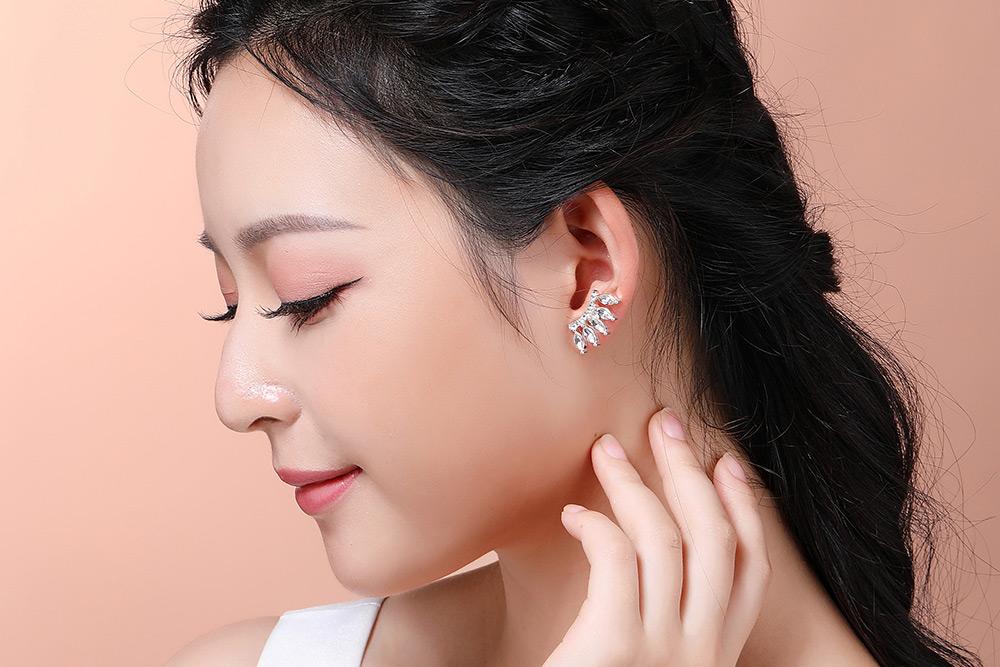 模特兒配戴展示:時尚強眼的眼睫毛造型,高質感人造水鑽鑲嵌,閃耀動人,創新無耳洞黏貼式設計,免除長時間配戴耳夾/夾式耳環的不舒適感,讓您美的無負擔。