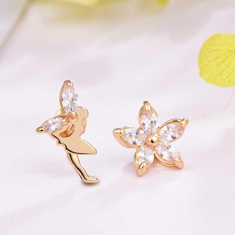 水晶山茶花精靈不對稱黏式耳環,桌上展示。