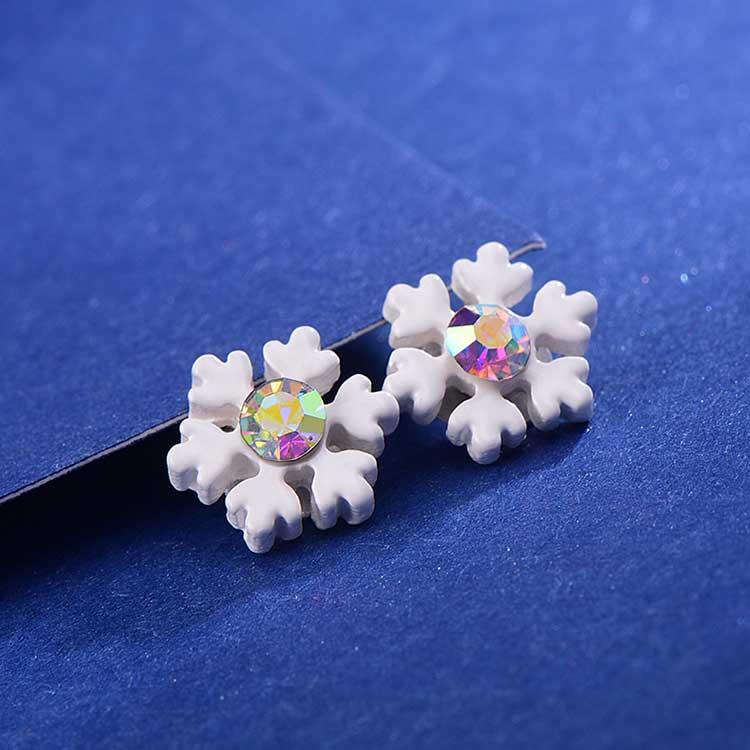 迷你小巧雪花 耳針/黏式耳環,桌上展示。