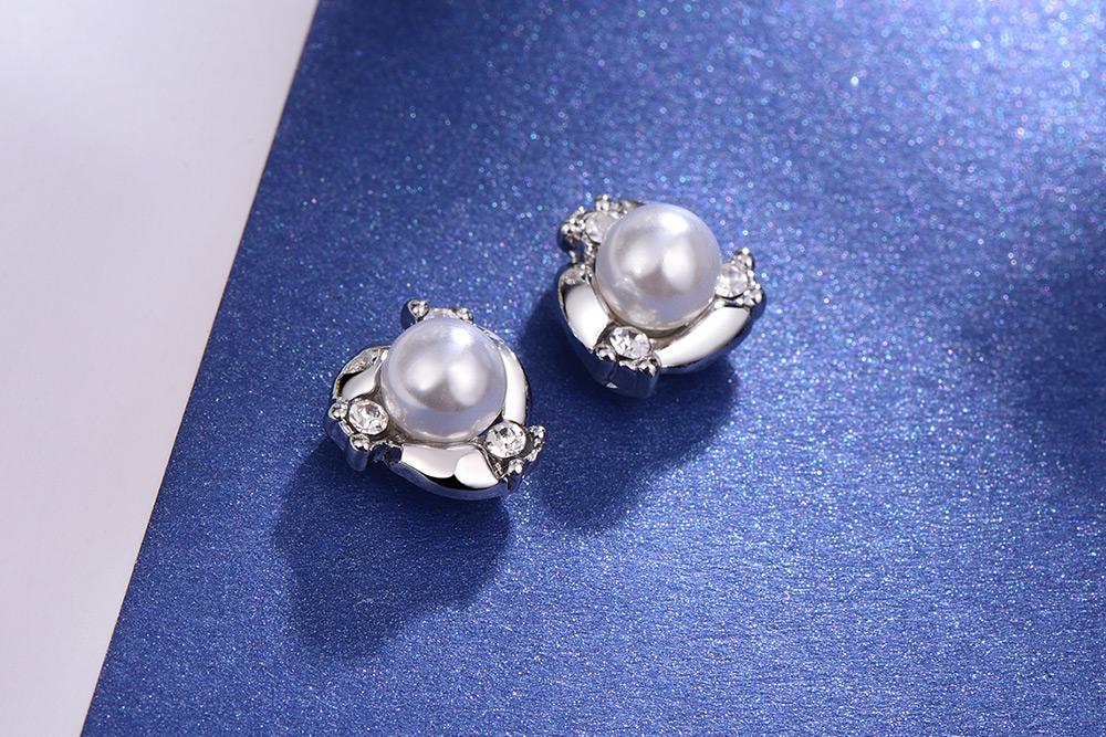 奢華高雅珍珠水鑽 耳針/黏式耳環,桌上展示。
