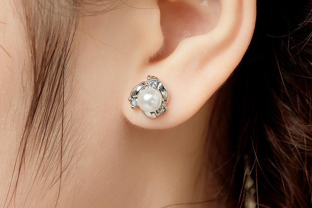 模特兒配戴展示:高質感合金打造配上奢華優雅的珍珠,展現出女性的成熟魅力,創新無耳洞黏貼式設計,免除長時間配戴耳夾/夾式耳環的不舒適感,讓您美的無負擔。