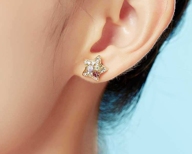 模特兒配戴展示:豐富炫彩的水鑽,可愛閃亮的五角金星,吸睛耀眼,免穿耳洞的黏貼式設計,免除配戴耳夾/耳針的不適感,讓妳美美打扮輕鬆外出