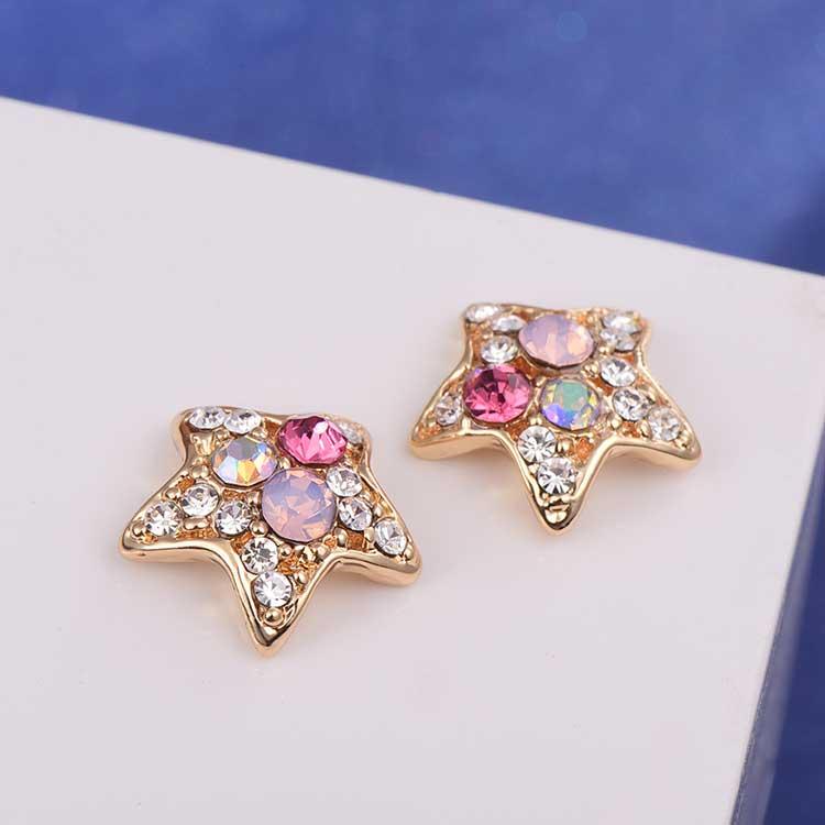 炫彩亮鑽可愛星星黏式耳環,桌上展示。