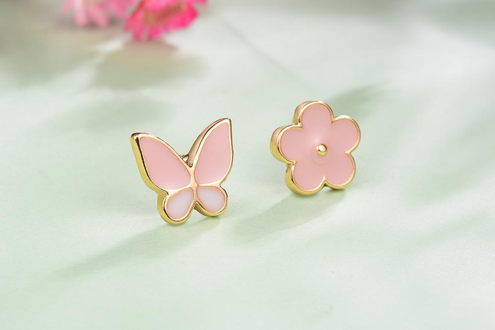 花與蝴蝶不對稱黏式耳環,桌上展示。