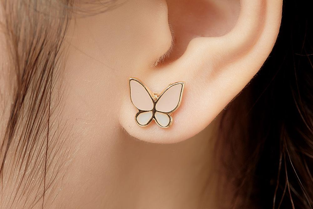模特兒配戴展示:清新甜美的花朵,可愛萌趣的蝴蝶,讓您感受到春天的氣息,免穿耳洞的黏貼式設計,免除配戴耳夾/耳針的不適感,讓妳美美打扮輕鬆外出