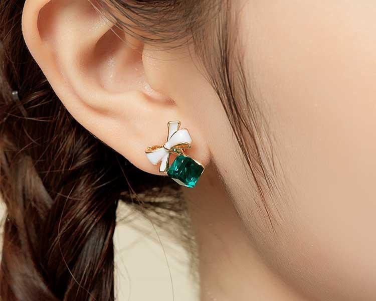 模特兒配戴展示:優雅寧靜的藍水晶、療癒清新的綠水晶,點綴於耳側展現您的個人魅力,創新的貼式耳環設計讓您貼著就走。不用穿耳洞也可以免除長時間配戴耳夾/夾式耳環的不舒適感。