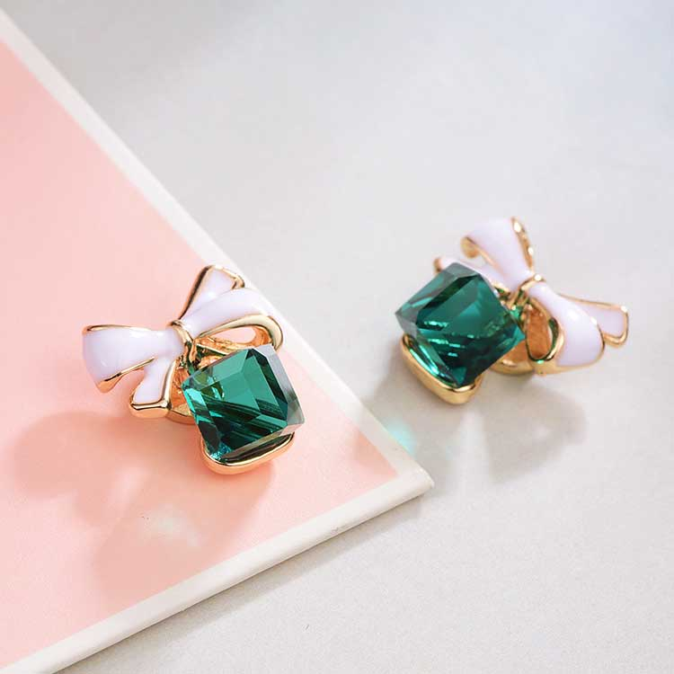 浪漫方塊水晶蝴蝶結 耳針/黏式耳環,桌上展示。