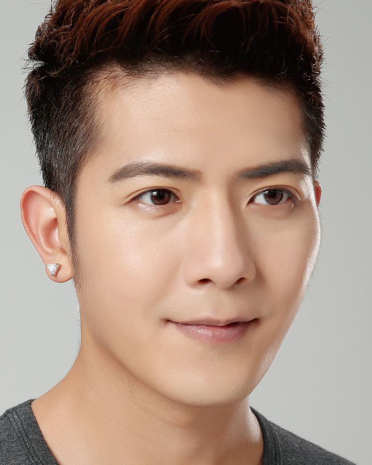 韓流三角鑲鑽 耳針/無耳洞黏貼式耳環 模特兒展示