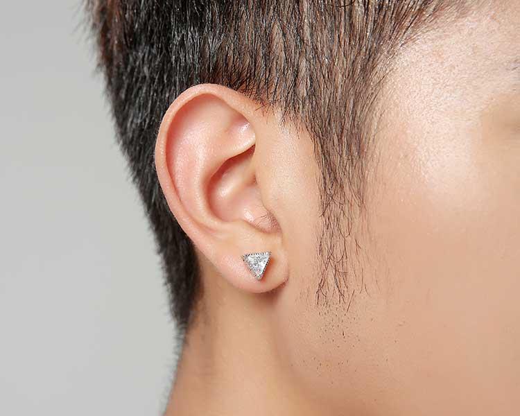 模特兒配戴展示:復古極簡三角造型搭配亮鑽,完美呈現不凡帥氣風采,創新黏貼式耳環設計,讓沒有穿耳洞的男性也能展現獨特有型與眾不同的自己