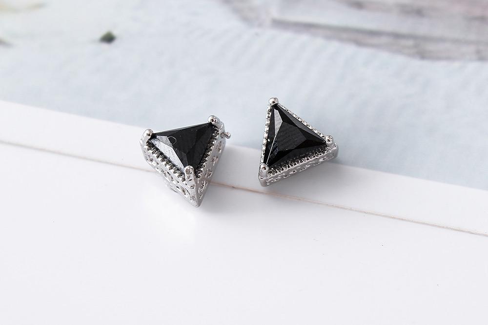 韓流三角鑲鑽黏式耳環,桌上展示。
