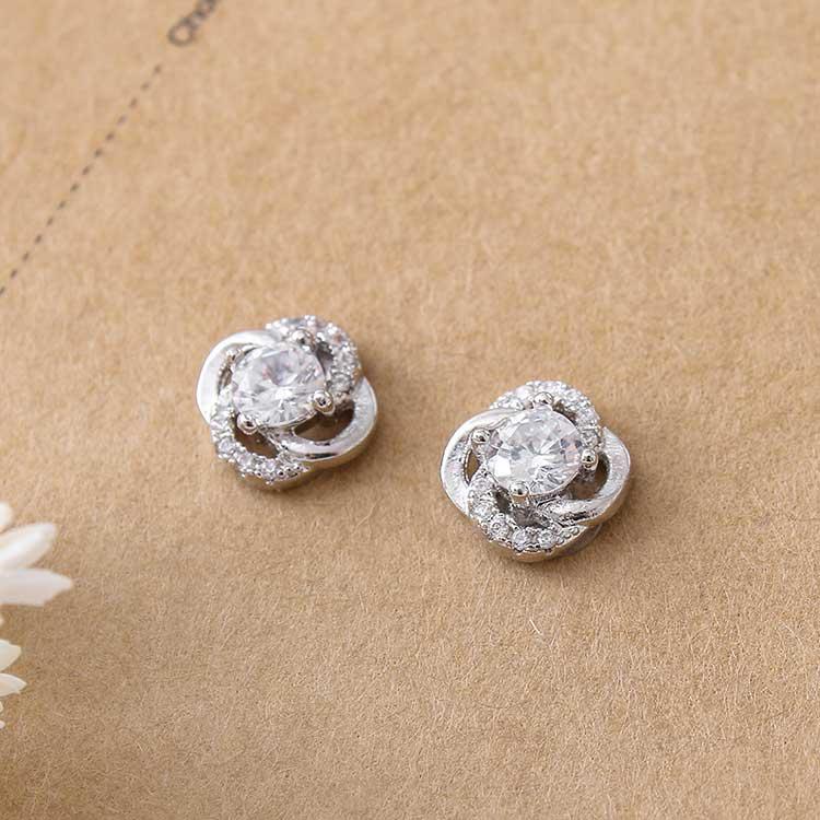 典雅鑲鑽四葉草 耳針/黏式耳環,桌上展示。
