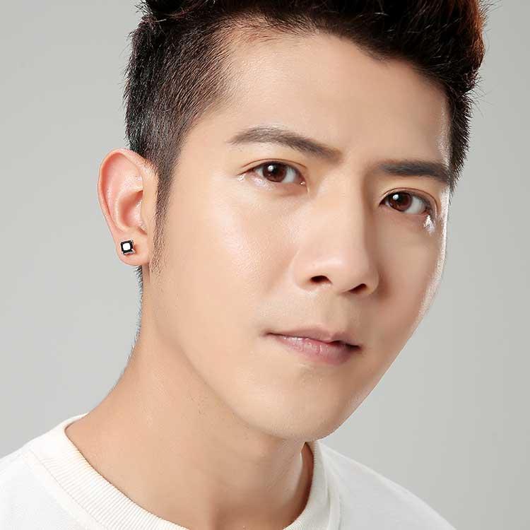 模特兒配戴展示:質感白金搭配方形黑色亮鑽,完美呈現不凡帥氣風采,打造韓系美男,創新黏貼式耳環設計,讓沒有穿耳洞的男性也能展現獨特有型與眾不同的自己