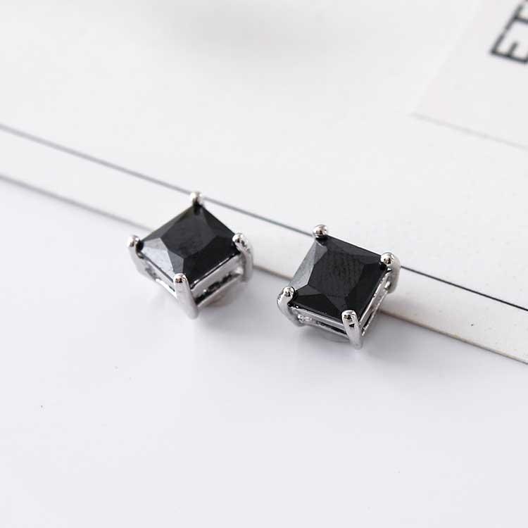 韓流方形鑲鑽黏式耳環,桌上展示。