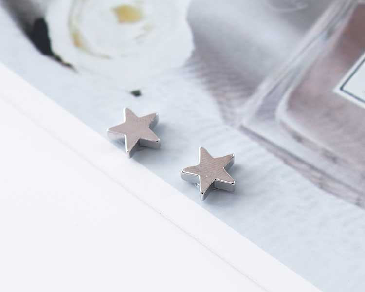 模特兒配戴展示:小巧精緻可愛的五角星,在光線的照射下閃爍著翩翩的典雅銀光,讓您展現優雅可人的清新氣息,全新研發黏貼式設計,免除穿/夾耳洞所造成的不適感,美美打扮更輕鬆