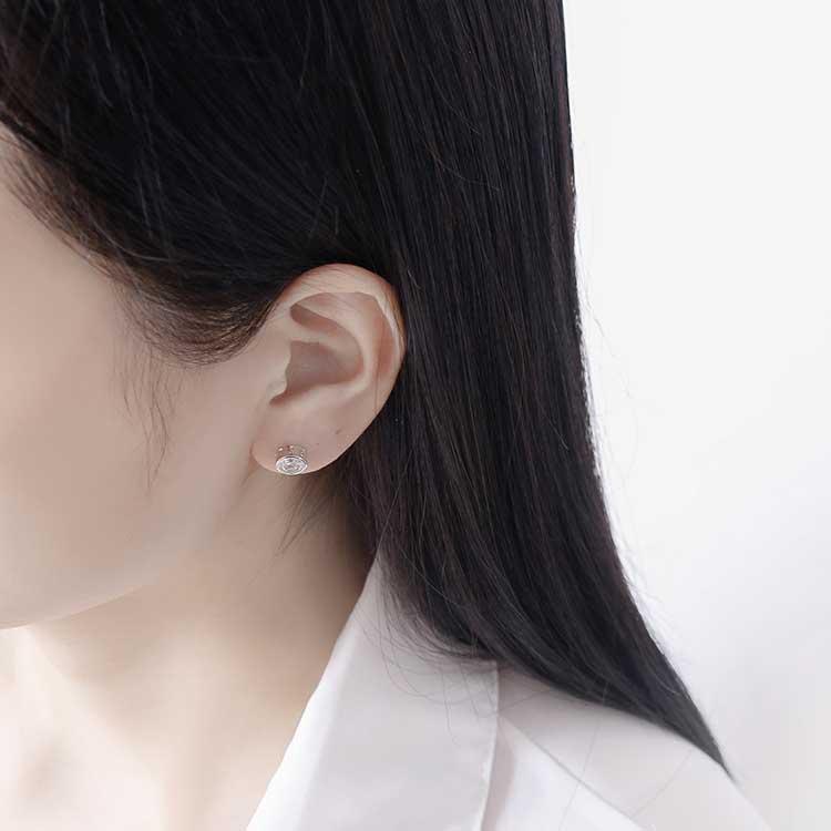 模特兒配戴展示:個性韓流圓形造型搭配耀眼水鑽,不分男女都適合配戴,創新黏貼式耳環設計,讓沒有穿耳洞的男性女性都能輕鬆無負擔的配戴。