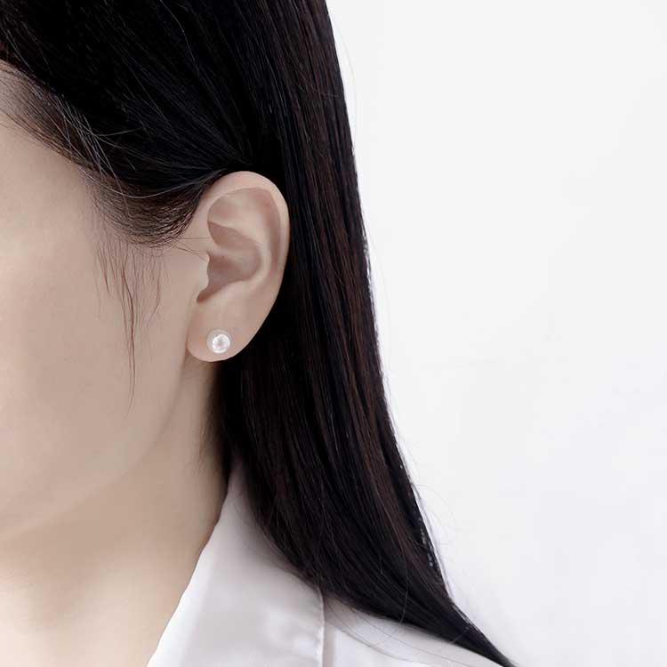 模特兒配戴展示:圓潤光滑的潔白珍珠,展現出您的優雅氣質,創新黏貼式耳環設計,免除穿/夾耳洞所造成的不適感,讓您美麗無負擔。