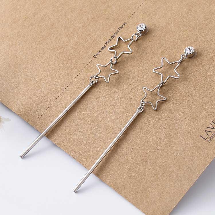 日韓雙星一字墜黏式耳環,桌上展示。