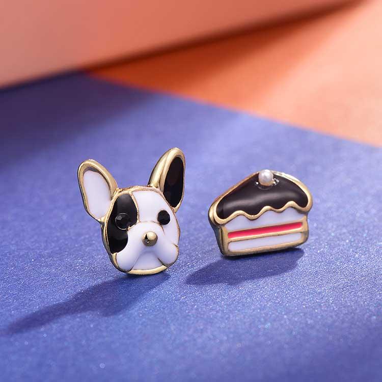 狗狗與蛋糕不對稱 耳針/黏式耳環,桌上展示。