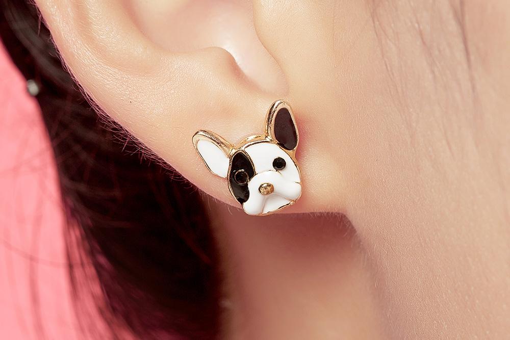 模特兒配戴展示:呆萌狗狗與可愛蛋糕的結合,可愛度更上一層,免穿耳洞的黏貼式設計,免除配戴耳夾/耳針的不適感,讓妳美美打扮輕鬆外出。