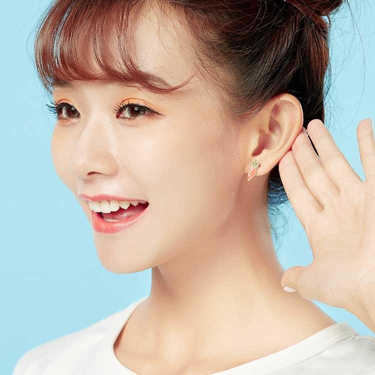 模特兒配戴展示:粉紅小兔子與小巧紅蘿蔔,簡單又可愛的組合,創新無耳洞黏貼式耳環設計,採用醫療級用膠,減少皮膚的負擔,也免除長時間配戴耳夾/夾式耳環的不舒適感。