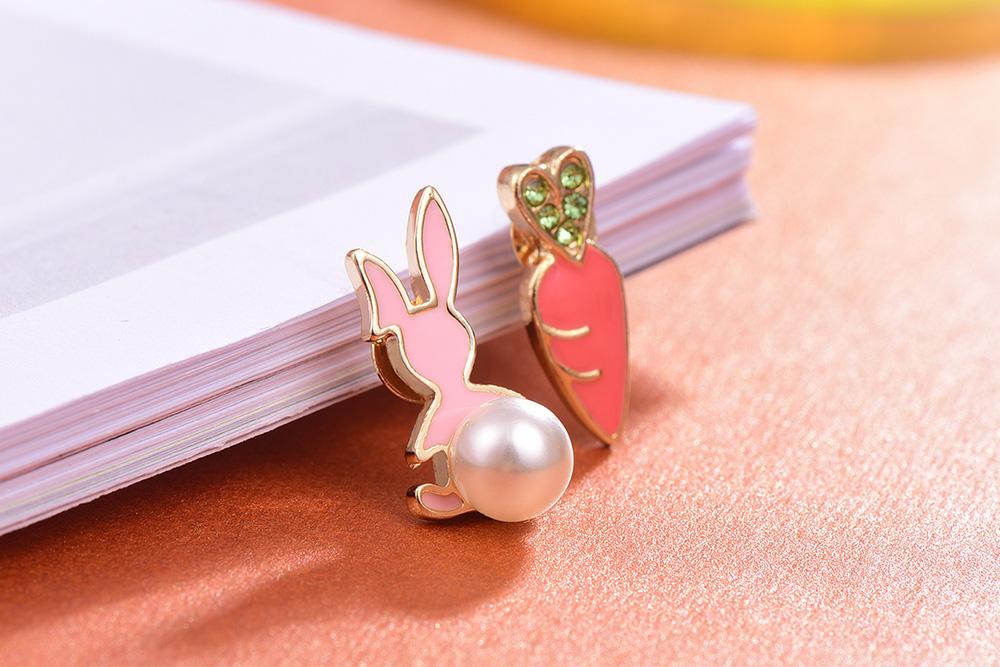 兔子與胡蘿蔔不對稱 耳針/黏式耳環,桌上展示。