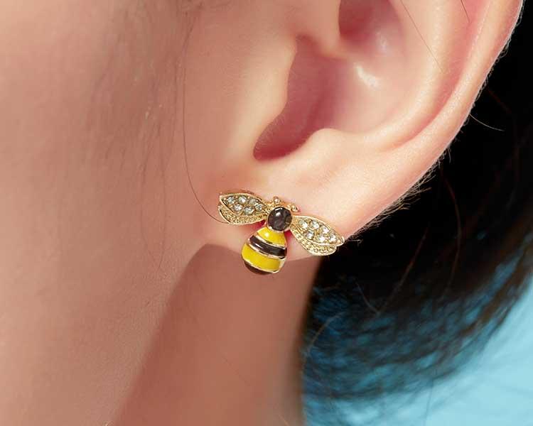 模特兒配戴展示:迷你小蜜蜂與甜美雛菊小花,讓您感受到春天的氣息,免穿耳洞的黏貼式設計,免除配戴耳夾/耳針的不適感,讓妳美美打扮輕鬆外出