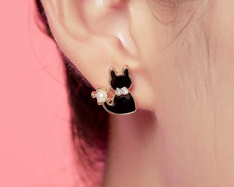 模特兒配戴展示:優雅的小黑貓,潔白的珍珠點綴,讓整體更加有氣質,創新無耳洞黏貼式耳環設計,採用醫療級用膠,減少皮膚的負擔,也免除長時間配戴耳夾/夾式耳環的不舒適感。