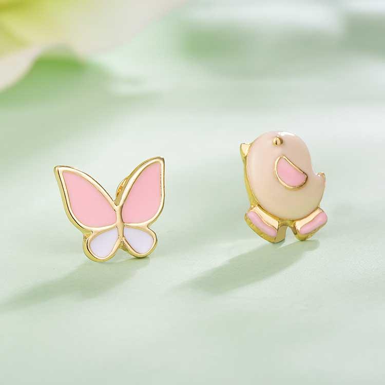 小雞與蝴蝶不對稱 耳針/黏式耳環,桌上展示。