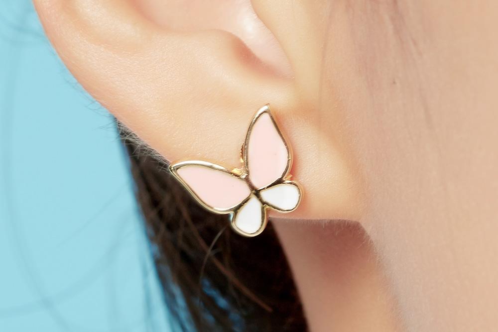 模特兒配戴展示:小雞與蝴蝶的萌趣組合,讓可愛度爆表!免穿耳洞的黏貼式設計,免除配戴耳夾/耳針的不適感,讓妳可愛甜美輕鬆出門。