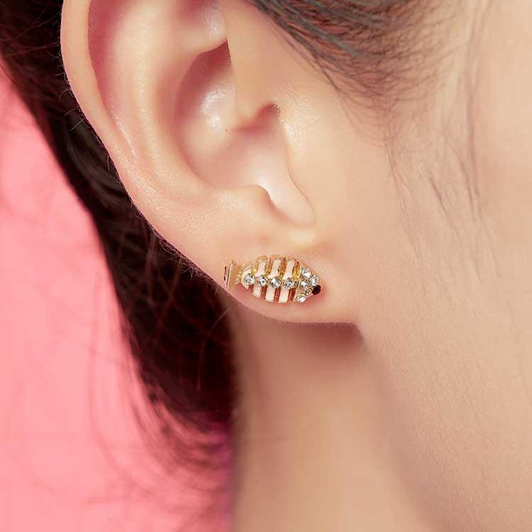 模特兒配戴展示:小魚與魚骨頭,有趣又時尚的新組合,點綴您的耳側讓你展現個人獨特魅力,創新無耳洞黏貼式耳環設計,採用醫療級用膠,減少皮膚的負擔,也免除長時間配戴耳夾/夾式耳環的不舒適感。
