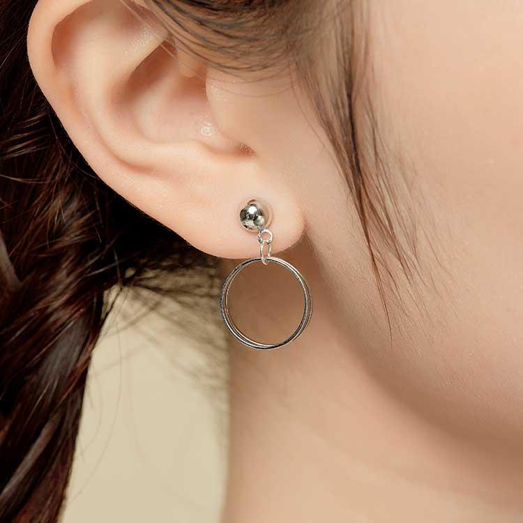 模特兒配戴展示:時尚簡約的風格搭配上精緻簍空幾何三角與圓環金色五金,簡單卻不失時尚,無耳洞黏貼式設計讓您輕鬆展現充滿迷人風采的自己,免除長時間配戴耳夾/夾式耳環的不舒適感。